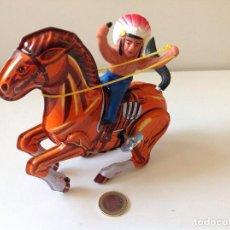 Juguetes antiguos de hojalata: INDIO A CABALLO. Lote 89746272