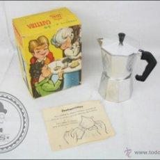 Brinquedos antigos Joal: ANTIGUA CAFETERA DE JUGUETE CON SU CAJA ORIGINAL - MARCA JOAL - JUGUETE Nº 50 - 14 CM ALTURA. Lote 137684584