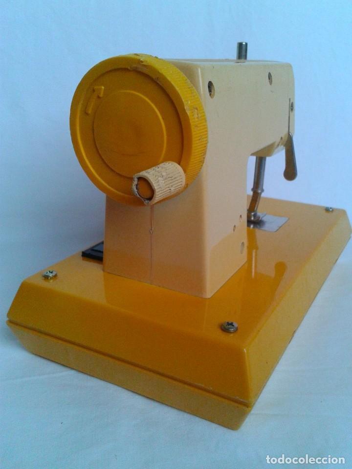 Juguetes antiguos Joal: Máquina de coser a pilas marca Joal Modelo Coqueta - Foto 4 - 219445997