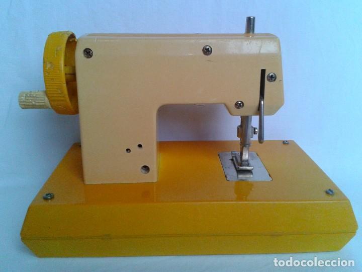 Juguetes antiguos Joal: Máquina de coser a pilas marca Joal Modelo Coqueta - Foto 5 - 219445997