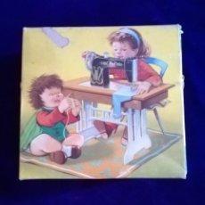 Brinquedos antigos Joal: JUGUETE MAQUINA DE COSER JOAL EN SU CAJA.AÑOS 70. Lote 224931102