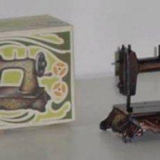 Juguetes antiguos y Juegos de colección: SACAPUNTAS MAQUINA DE COSER CON SU CAJA DE PLAYME. Lote 13816509