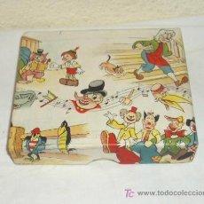Juguetes antiguos y Juegos de colección: PINOCHO Y GEPETO,CAJITA-ESCRITORIO ESCOLAR,AÑOS 40,A ESTRENAR. Lote 19554683