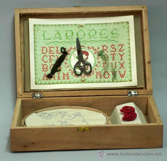 Juguetes antiguos y Juegos de colección: Caja labores costurero madera con ilustración Mickey Mouse años 50 con material costura - Foto 3 - 14092097