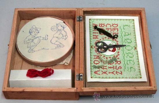 Juguetes antiguos y Juegos de colección: Caja labores costurero madera con ilustración Mickey Mouse años 50 con material costura - Foto 4 - 14092097