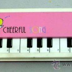 Juguetes antiguos y Juegos de colección: ESTUCHE PLUMIER CHEERFUL SONG AÑOS 80 PIANO ROSA NO FUNCIONA. Lote 18833657
