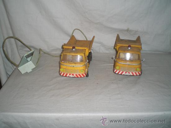 BONITO LOTE DE 2 CAMIONES VOLQUETE TELEDIRIGIDOS PARA RESTAURAR AÑOS 70. 35 CM LARGO. (Juguetes - Varios)