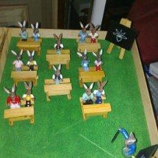 Juguetes antiguos y Juegos de colección: FAMILIA DE CONEJOS DE MADERA EN EL COLEGIO, CON ACCESORIOS. Lote 23613694