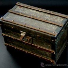 Juguetes antiguos y Juegos de colección: ESTUPENDO BAUL PARA VESTIDOS DE MUÑECA DE PORCELANA ANTIGUA - S. XIX - XX. Lote 26916441