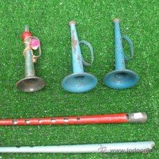 Juguetes antiguos y Juegos de colección: LOTE DE 3 TROMPETAS Y 2 FLAUTAS DE HOJALATA.. Lote 25939027