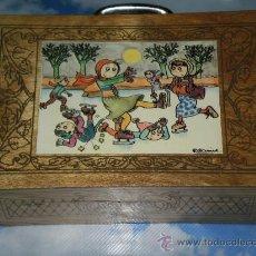 Juguetes antiguos y Juegos de colección: ANTIGUO MALETIN DE ESCUELA CABAS EN MADERA , MOD: PATINADORES , DETALLES EN MADERA PIROGRABADA .. Lote 44421018