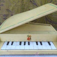 Juguetes antiguos y Juegos de colección: PIANO DE JUGUETE ANTIGUO EN MADERA.. Lote 32695065