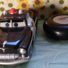 Juguetes antiguos y Juegos de colección: COCHE POLICÍA CARS DISNEY PIXAR TYCO RADIO CONTROL AÑO 2005. Lote 34293840
