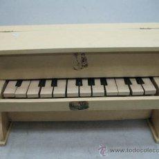 Juguetes antiguos y Juegos de colección: PIANO DE JUGUETE ANTIGUO HECHO DE MADERA. Lote 35260943