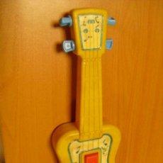 Juguetes antiguos y Juegos de colección: GUITARRA DE PLASTICO MUY DURO, DE CHICCO ITALIA. Lote 35415663
