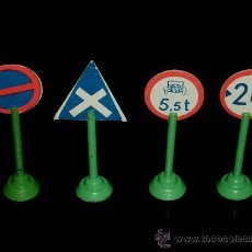 Juguetes antiguos y Juegos de colección: CONJUNTO 4 SEÑALES DE TRÁFICO EN MADERA Y CARTÓN, AÑOS 40-50.. Lote 36000374