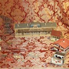 Juguetes antiguos y Juegos de colección: JUEGO DE MAQUETAS EN RESINA DE ESTACION DE TRENES Y CASAS. MED S XX.. Lote 37586243
