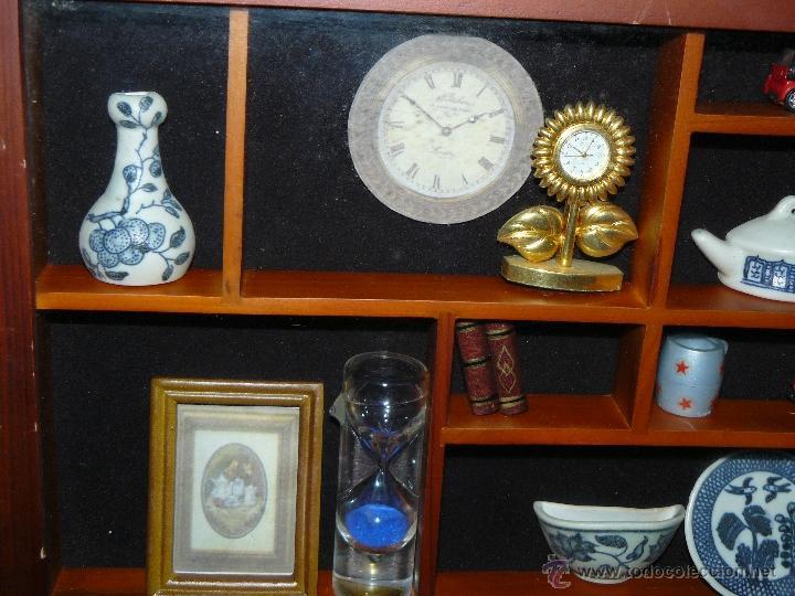 Juguetes antiguos y Juegos de colección: EXHIBIDOR DE MADERA Y CRISTAL CON MINIATURAS - Foto 2 - 41133451