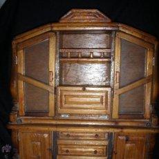 Juguetes antiguos y Juegos de colección: MUEBLE DE COMEDOR DE MADERA Y CRISTALES PARA MUÑECA NO ES MINIATURA. Lote 43186352