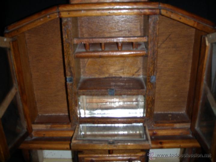 Juguetes antiguos y Juegos de colección: MUEBLE DE COMEDOR DE MADERA Y CRISTALES PARA MUÑECA NO ES MINIATURA - Foto 5 - 43186352