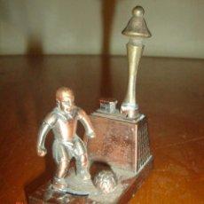 Juguetes antiguos y Juegos de colección: ANTIGUO FUTBOLISTA DE METAL. GOLPEA EL BALÓN CON EL PIE SI SE APRIETA EL BOTÓN. Lote 45167032
