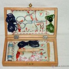 Juguetes antiguos y Juegos de colección: COSTURERO . CAJA DE MADERA PINTADA CON UN PERRO Y FIRMADA. COSTURA. LABORES. BORDAR. AÑOS 40-50. Lote 45383834