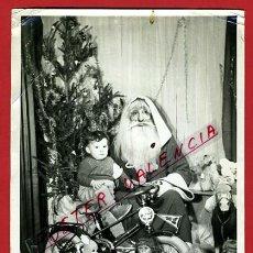Juguetes antiguos y Juegos de colección: PRECIOSA FOTO DE NIÑO CON JUGUETES ANTIGUOS, PAPA NOEL 1953 , MIDE 13 X 18 CMS. ,ORIGINAL, N. Lote 47555440
