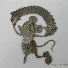 Juguetes antiguos y Juegos de colección: CHAPA NIQUELADA ANTIGUA CON LA IMAGEN DE MICKEY MOUSE TOCANDO EL ACORDEON - WALT DISNEY. Lote 49936052