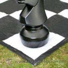 Juguetes antiguos y Juegos de colección: TABLERO GIGANTE DE AJEDREZ Y DAMAS PARA JARDÍN. MODELO B. LONA FLEXIBLE GIGANTE. Lote 50863446