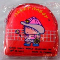 Juguetes antiguos y Juegos de colección: MONEDERO CREMALLERA ROJO (8 X 8 CM) MERRY MAGGY AÑO 1983.NUEVO.. Lote 261842660