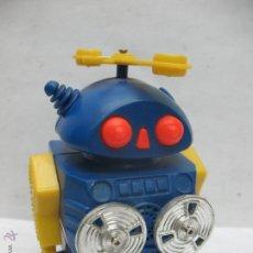 Juguetes antiguos y Juegos de colección: ROBOT DE PLÁSTICO CON MECANISMO A PILAS FABRICADO EN HONG KONG. Lote 169393013