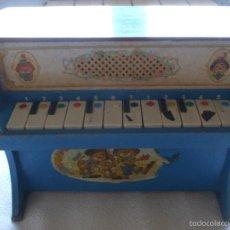 Juguetes antiguos y Juegos de colección: JUGUETE - ANTIGUO PIANO DE MADERA AÑOS 50 CON BONITA DECORACIÓN - PAYASOS - DEFECTUOSO. Lote 56630403