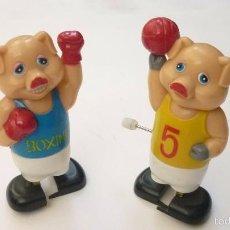 Juguetes antiguos y Juegos de colección: CERDITOS BOXEADORES. BOXEO. JUGUETE ORIGINAL AÑOS 1960-70S. MED: 8 CTMS. DE ALTURA. Lote 57393962