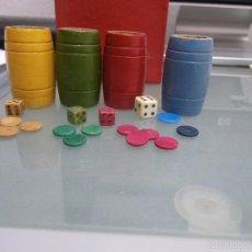Juguetes antiguos y Juegos de colección: 4 CUBILETS, 3 DADOS Y FICHAS TODOS MADERA Y PEQUEÑOS ( DADO BLANCO Y FICHA AZUL PARA VER TAMAÑO). Lote 58643813