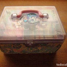 Juguetes antiguos y Juegos de colección: PEQUEÑA CAJA DE COSTURA COSTURERO CUCA DOLS. MARCA JUYPAL. AÑOS 80 [NUEVO]. Lote 68946689