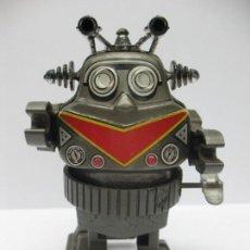 Juguetes antiguos y Juegos de colección: ROBOT DE PLÁSTICO CON MECANISMO A CUERDA. Lote 69592709