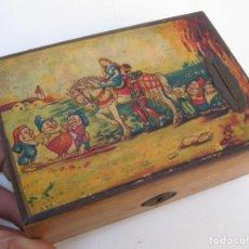 Juguetes antiguos y Juegos de colección: PRECIOSA HUCHA ANTIGUA EN MADERA CON BLANCANIEVES Y 7 ENANITOS CAJA MADERA . Lote 71895387