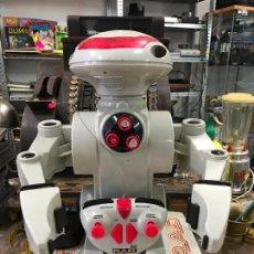 Juguetes antiguos y Juegos de colección: ROBOT RAD A CONTROL REMOTO AÑOS 80 FUNCIONANDO. Lote 139967709