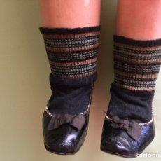 Zapatos de piel y calcetines antiguos para muñeca