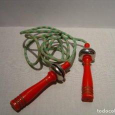 Juguetes antiguos y Juegos de colección: SALTADOR COMBA DE MADERA Y SONAJAS. Lote 246191460