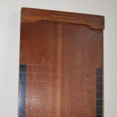 Juguetes antiguos y Juegos de colección: TABLERO DE SHOVE HA´PENNY - JUEGO POPULAR INGLATERRA - LILLYWHITE PROUD - TEJO INGLÉS - AÑOS 50. Lote 90920245