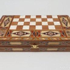 Juguetes antiguos y Juegos de colección: CAJA TABLERO DE AJEDREZ DE TARACEA CON NACAR. BACKGAMMON INTERIOR. Lote 94178780