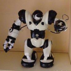 Juguetes antiguos y Juegos de colección: ROBOT ROBOSAPIEN. ALTURA 34 CM. FALTA MANDO A DISTANCIA . Lote 99241463