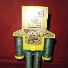 Juguetes antiguos y Juegos de colección: MAGNIFICA ANTIGUA HUCHA ROBOT DE LOS AÑOS 60-70. Lote 115288399