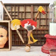 Juguetes antiguos y Juegos de colección: ANTIGUO JUGUETE DE MADERA Y ALAMBRE CON RUEDAS - PATO CORREPASILLOS INFANTIL AVESTRUZ. Lote 115601103