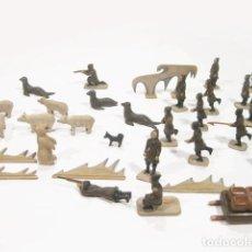 Giocattoli antichi e Giochi di collezione: LOTE DE FIGURAS O DIORAMA DE ESQUIMALES DE MADERA PINTADA CAZANDO OSOS. AÑOS 40. Lote 121652639