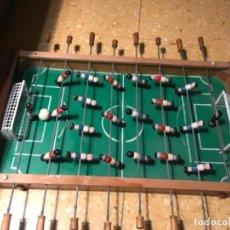 Juguetes antiguos y Juegos de colección: ANTIGUO FUTBOLIN MADERA AÑOS 60 COMPLETO Y PELOTA ORIGINAL. 70X42 MIDE. Lote 128188091