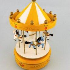 Juguetes antiguos y Juegos de colección: GRAN TIOVIVO MUSICAL A CUERDA. Lote 128227035