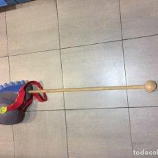 Juguetes antiguos y Juegos de colección: CABALLITO DE TELA CON RIENDAS Y PALO CON RUEDA.. Lote 132324454