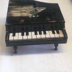 Juguetes antiguos y Juegos de colección: ANTIGUO PIANO EN MADERA DE JUGUETE. Lote 136087670